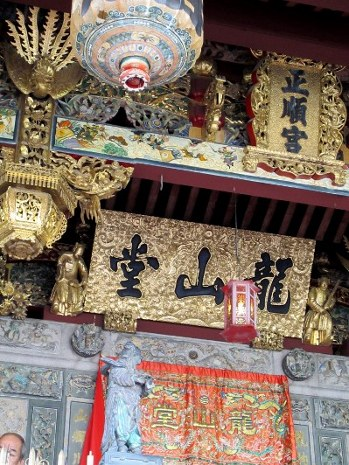 Roof gold carvings