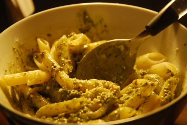 Penne with spinach, minced meat and cheese sauce